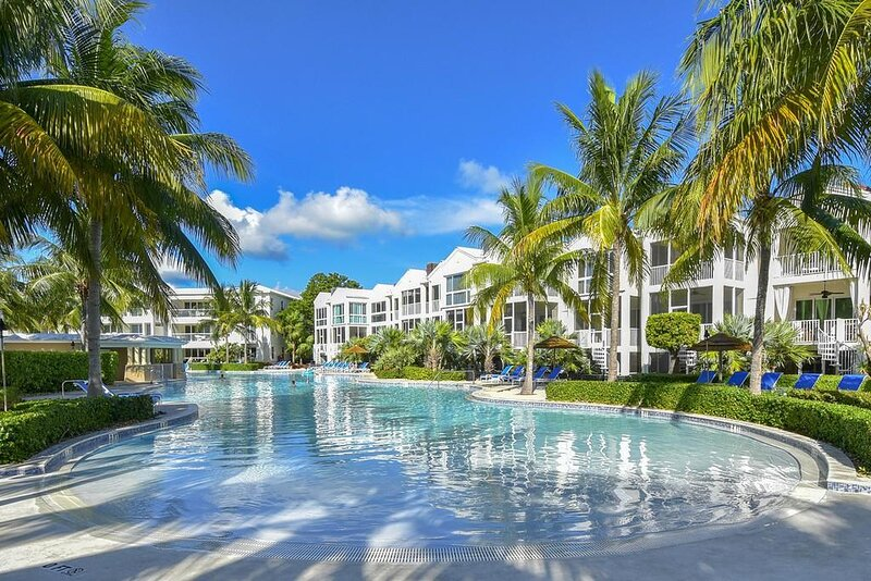 LICENSED MANAGER - MODERN 4/3.5 VILLA - AREA'S MOST LUXURIOUS OCEANFRONT RESORT, holiday rental in Key Largo