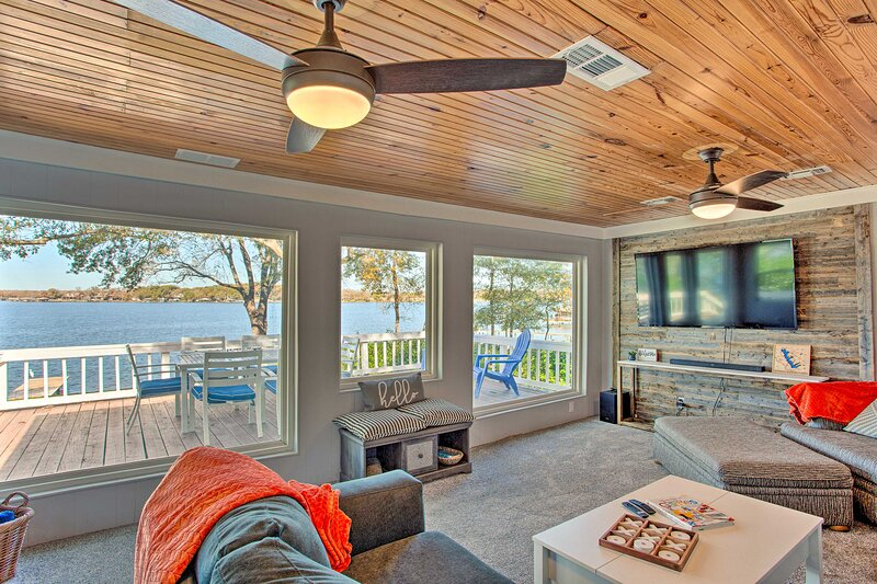 NEW! Cedar Creek Lakefront Home w/ Dock & Fire Pit, holiday rental in Tool