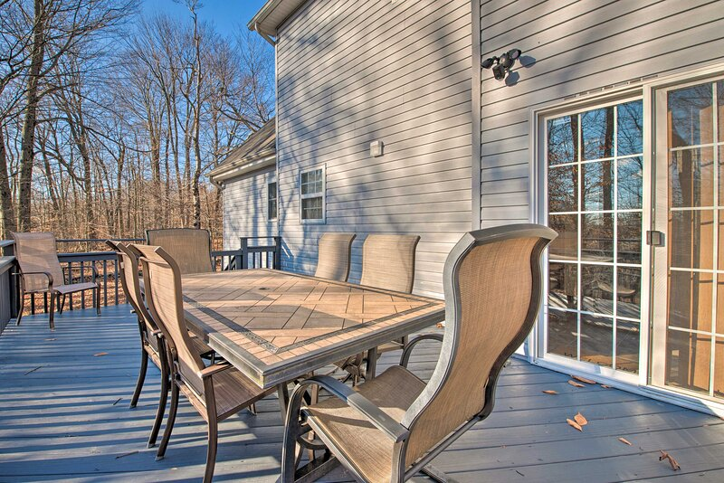 NEW! Spacious Tobyhanna Home w/ Deck & Fire Pit!, holiday rental in Newfoundland