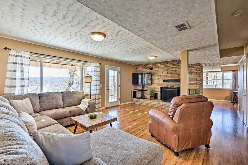 Large Beaver Lake Hideaway w/ Deck on 7 Acres!, holiday rental in Avoca