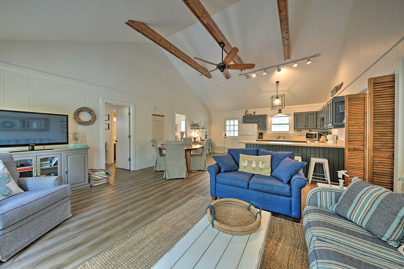NEW! Airy Coastal Cottage w/ Deck < 1 Mi to Beach!, vacation rental in Southern Shores