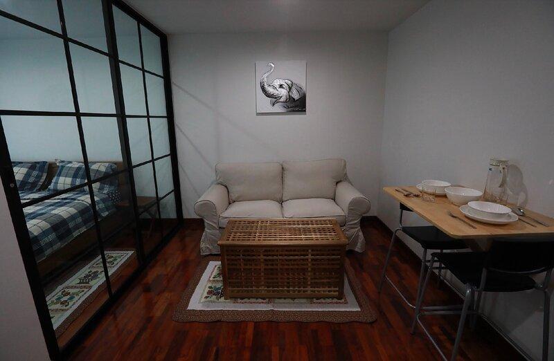 Private cozy Mrt bangson free Wifinetflixpoolgym, holiday rental in Bang Kruai