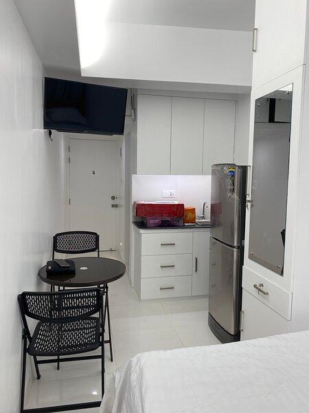 Brand new Studio room 5 minutes from Dhaka Airport, vacation rental in Uttara