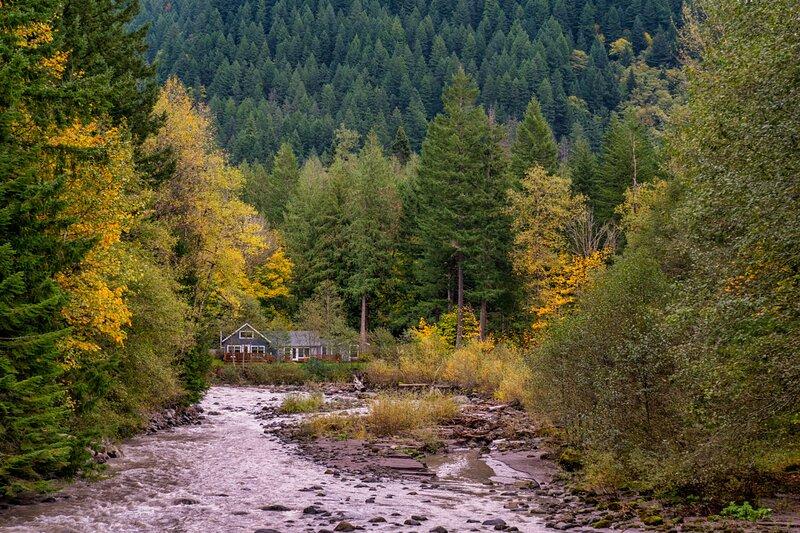 Riverbend Cabins #1-3 - private hot tubs!, location de vacances à Brightwood