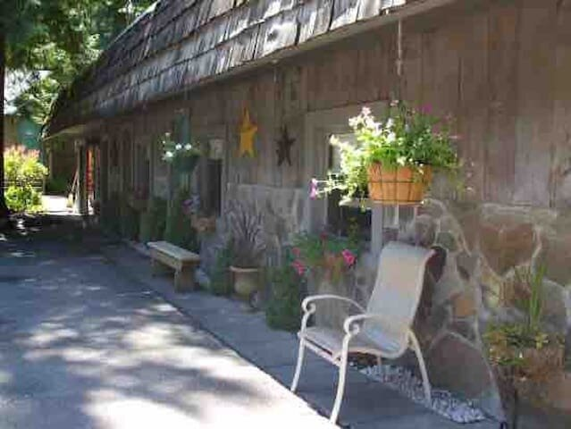 Updated + clean Motel Room at the base of Mt Hood!, holiday rental in Welches