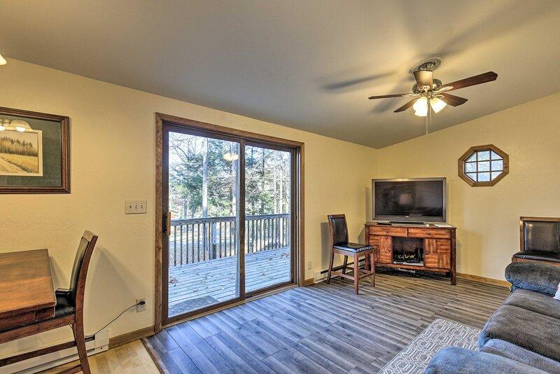NEW! Northwoods Home w/Deck 1 Block to Papkee Lake, location de vacances à Hazelhurst