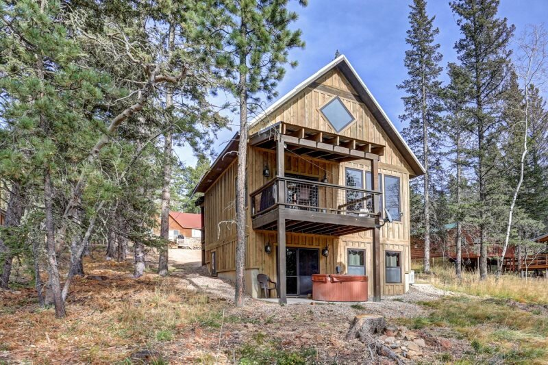 Whiskey Mountain Lodge - Newly Built Vacation Home!, holiday rental in Lead