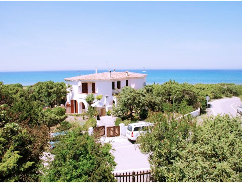 Eden Beach Villa for 8 to 10 people 50 meters from the sea, with private garden, holiday rental in Platamona