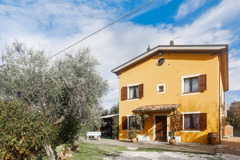 Spacious apartment with garden, vacation rental in Gemmano