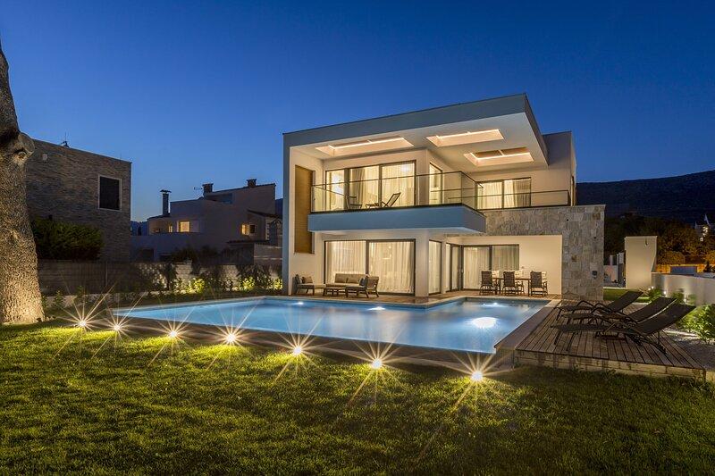 Luxury Villa Symphony with Pool, vacation rental in Kastel Kambelovac