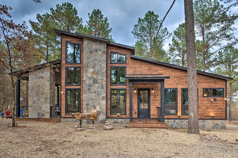 NEW! Luxe Cabin in the Woods: Hot Tub & Yard Games, vacation rental in Hochatown