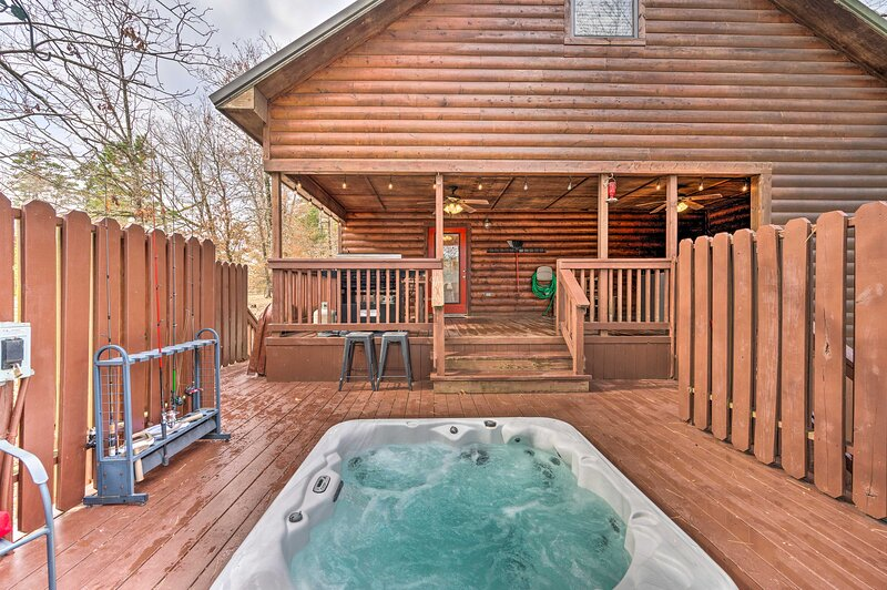 NEW! 'Little Bear's Pond' Cabin; Outdoor Fireplace, vacation rental in Hochatown