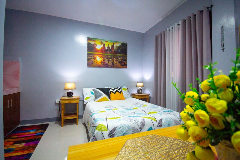 Newly Renovated Studio Apartment with Balcony, Olongapo City Center!, holiday rental in Zambales Province