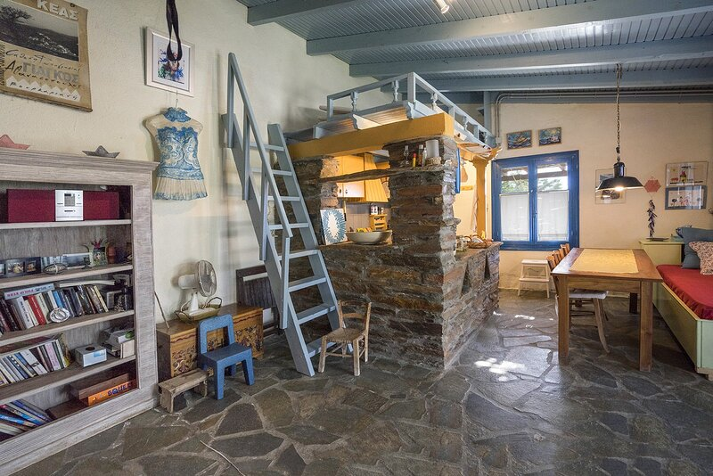 Cozy traditional cottage with a sea view 10 minutes by foot from the beach., holiday rental in Otzias