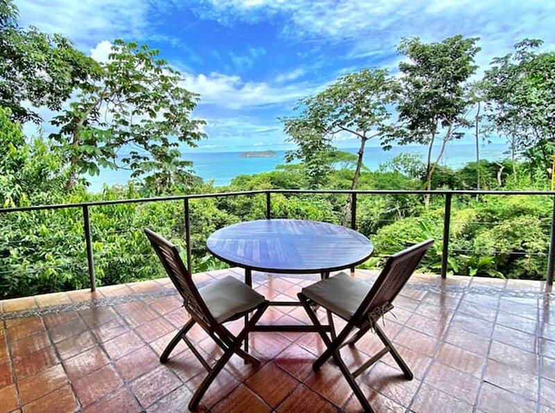 Casa Alegria, Ocean View, 4bedroom,15 minute walk to beach – semesterbostad i Manuel Antonio National Park