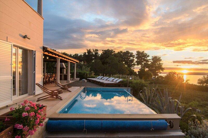 Villa Azure Infinity – Large seafront villa with pool Brac island, vacation rental in Supetar