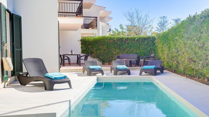 Ground floor apartment, private pool, 2 mins from, aluguéis de temporada em Formentor