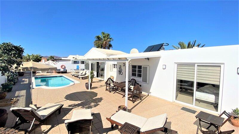 Villa La Estrella, 4 Bed, 4 bath, Hot TUB,WIFI, SKY TV,T Tennis & Pool Table A/C, vacation rental in Tias