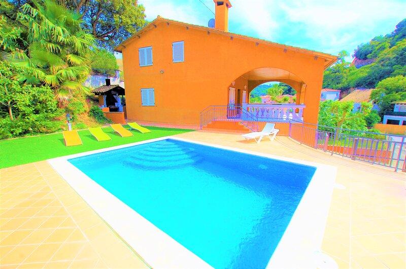 V&V LLORET-preciosa villa 800m. playa Canyelles, piscina privada, jardín, vacation rental in Lloret de Mar
