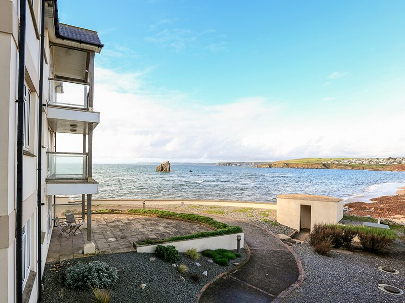 10 THURLESTONE ROCK, beachside apartment, open plan living space, private, holiday rental in Hope Cove