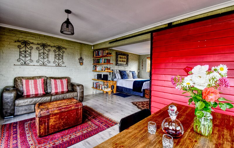 Golden View Luxury Self Catering: Rustic Red Studio – semesterbostad i Free State