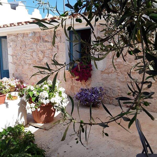 È una piccola casa in pietra circondata da un giardino ricco di verde e quiete, aluguéis de temporada em Cava d'Aliga