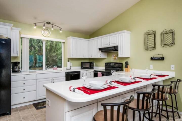 Kitchen (upper level)