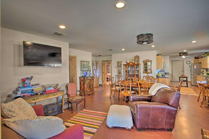 NEW! Maypearl Alpaca Ranch Barndominium w/ Pool!, holiday rental in Waxahachie