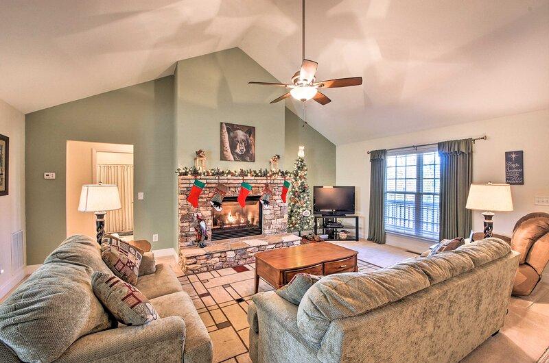 Blairsville Home w/ Deck & Stunning Mountain Views, casa vacanza a Blairsville