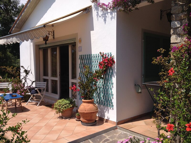 VILLA LAURA 4/5 POSTI LETTO immersa nel verde del proprio giardino., holiday rental in Lido di Capoliveri