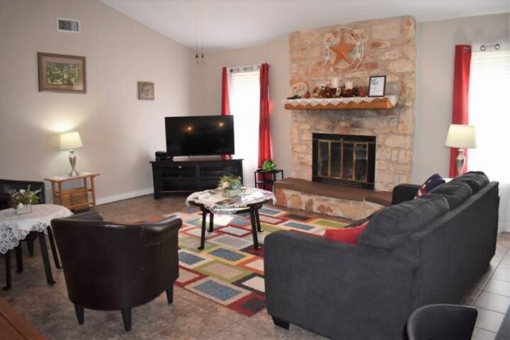 Cozy Round Rock Retreat -2.5mi to Kalahari Waterpark Resort, Quiet neighborhood,, vacation rental in Round Rock