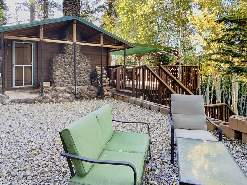 Village Vibes Cabin, Cozy and newly decorated cabin located by Duck Creek Villag, casa vacanza a Duck Creek Village