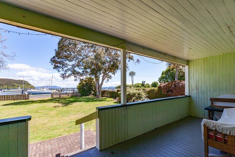 Marina Views - Motuoapa Bach, Motuoapa, holiday rental in Turangi