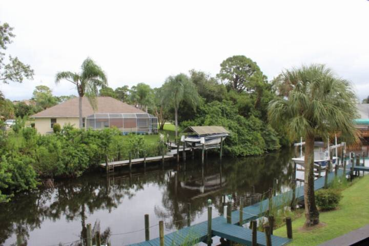 Enjoy A Quiet SW Florida Retreat! 2nd Floor Condo Overlooking Canal, Covered Par, alquiler vacacional en North Fort Myers
