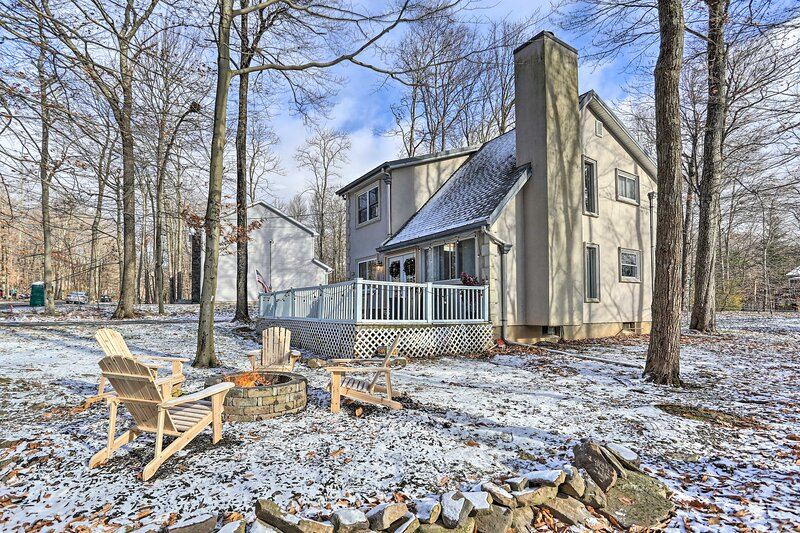 NEW! Tobyhanna Retreat w/ Fire Pit - 10 Mi to Ski! – semesterbostad i Mount Pocono
