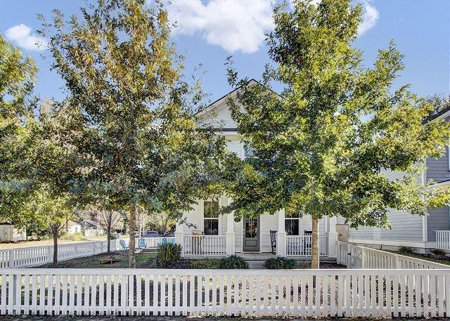 Darby House with Designer Finishes | Walk to Old Village District, Near Beach, aluguéis de temporada em Mount Pleasant
