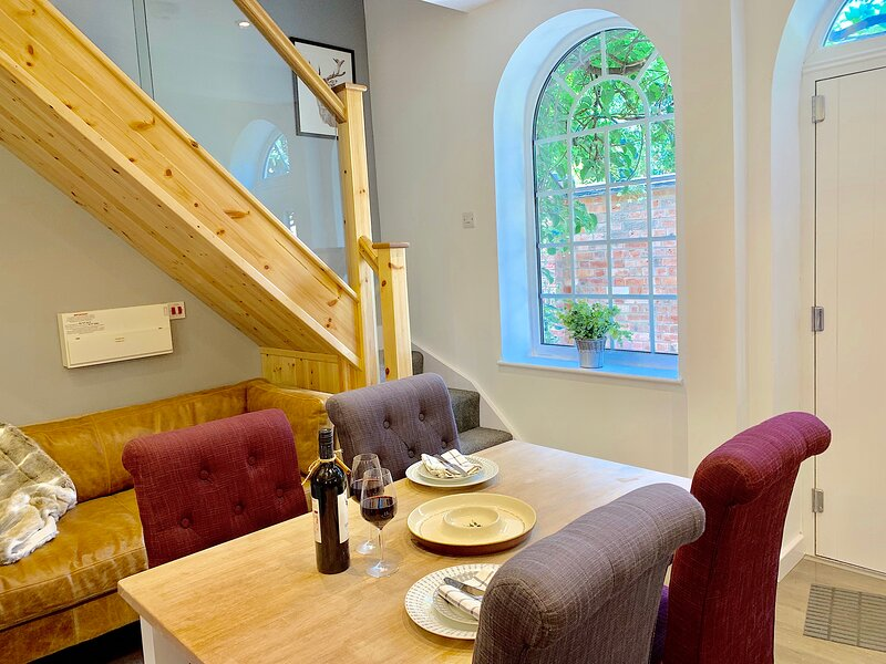 Wood Loft: A stunning and spacious serviced apartment with period features, location de vacances à Borrowash
