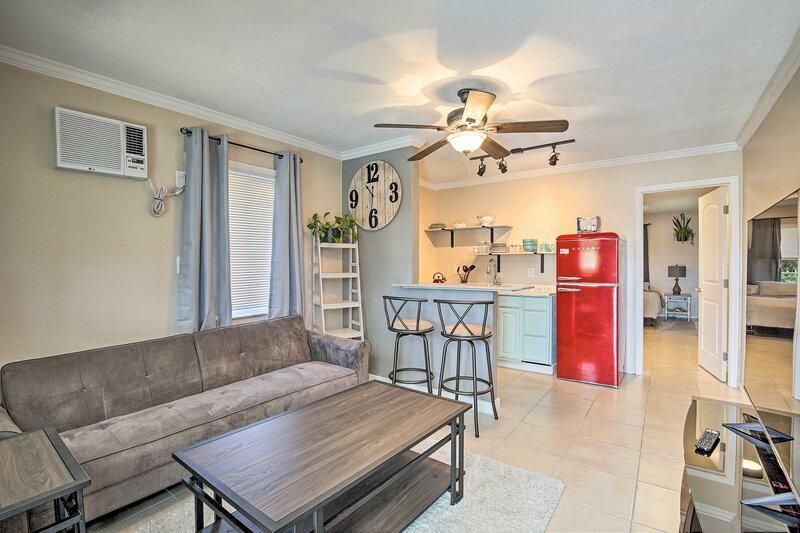 NEW! Cozy Clearwater Apt w/ Balcony, 5 Mi to Beach, holiday rental in Clearwater
