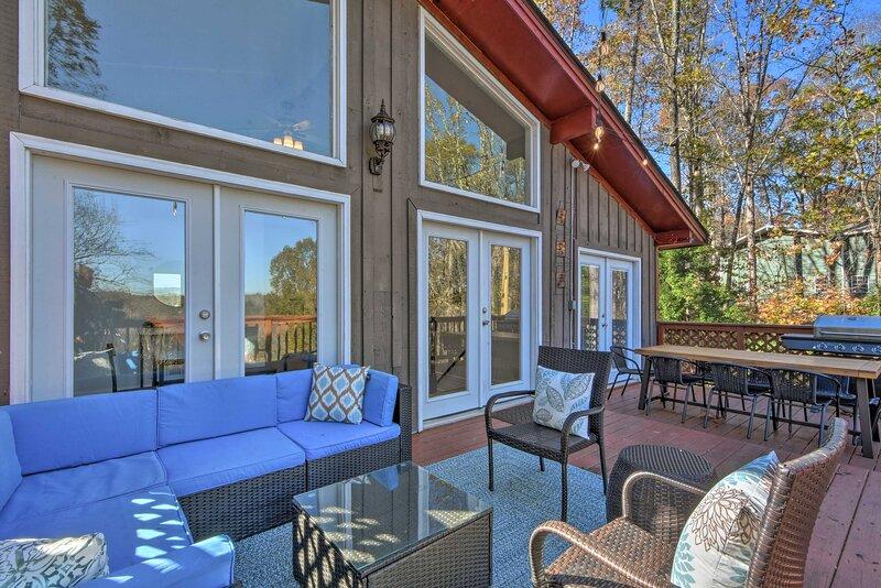 NEW! Remodeled Lakefront Retreat w/ Decks and Dock, location de vacances à Gillsville