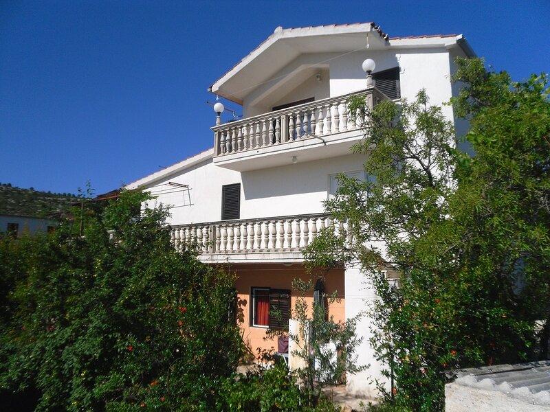 Mio - 100 m from beach: A2(4+1) - Stupin Celine (Rogoznica), holiday rental in Podglavica