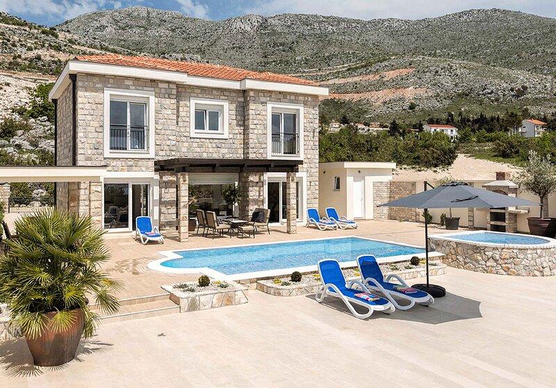 Luxury Villa Tamara with private pool & Jet pool near Dubrovnik, location de vacances à Ivanica