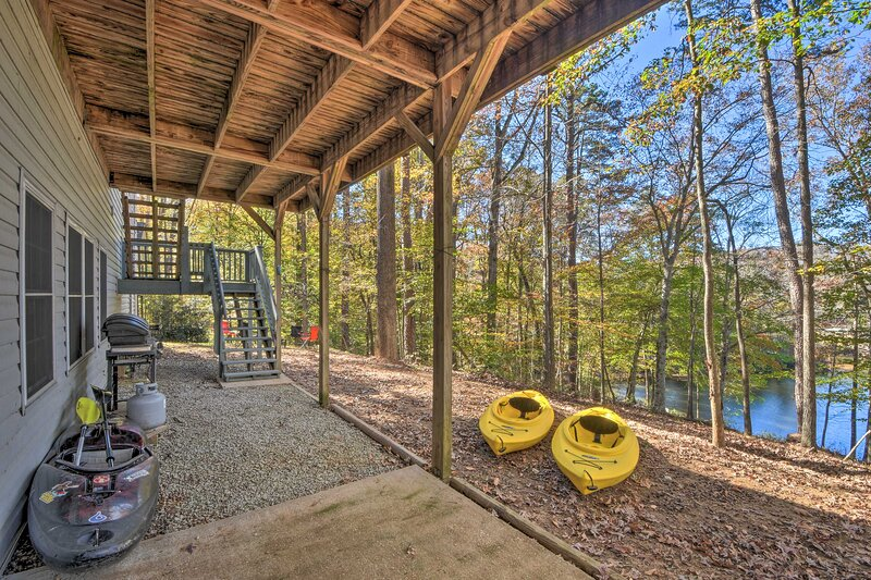 NEW! Lake Hartwell Waterfront Getaway w/ Fire Pit!, holiday rental in Eastanollee