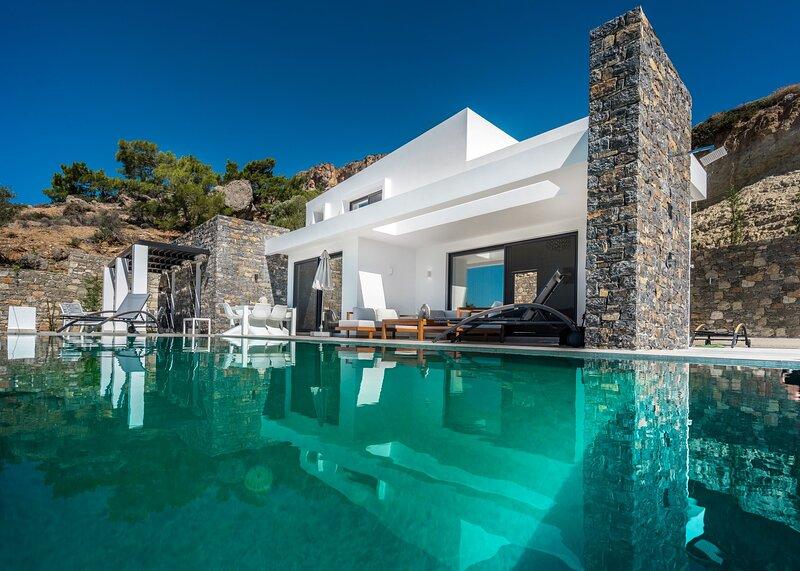 Villa Daniela, luxurius villa with private pool and seaview, 3 double-bedrooms, casa vacanza a Ferma