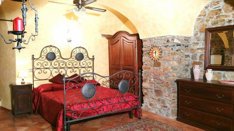 Casa in pietra.. sole mare ulivi vigneti, aluguéis de temporada em Taggia