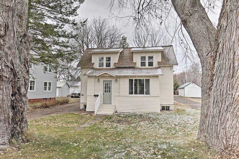 NEW! Charming Home < One block to Lake Superior!, alquiler de vacaciones en Ontonagon