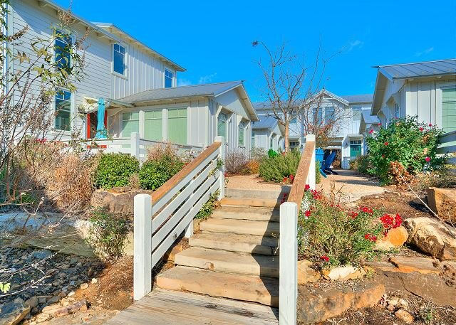 Carlton Landing-Charming Cottage right on the Boardwalk!, vacation rental in Canadian
