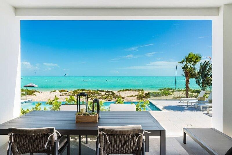 H2O LifeStyle Resort | 3BR w/ Oceanfront View!, location de vacances à Five Cays Settlement