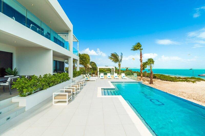 Astonishing LifeStyle Resort Studio w/ Spectacular Oceanfront View, aluguéis de temporada em Five Cays Settlement
