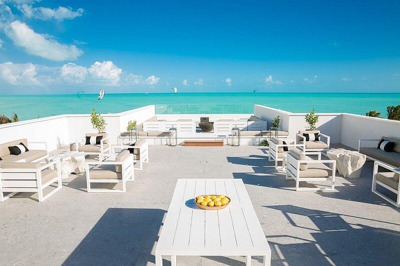 H2O LifeStyle Resort | 2BR w/Remarkable Ocean View *Long Bay!, location de vacances à Five Cays Settlement
