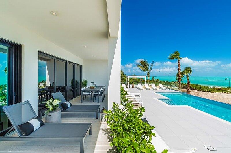 H2O LifeStyle Resort | 2BR w/Rooftop Terrace & 2 Pools!, location de vacances à Five Cays Settlement